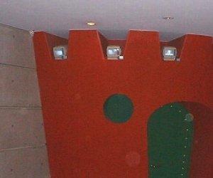 機械室の壁に防犯モニター